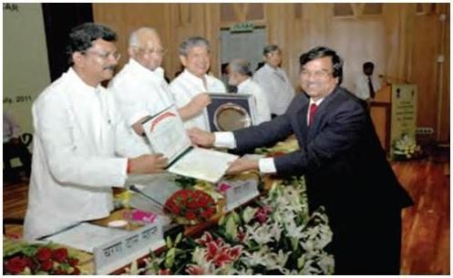 Dr. H. S. Gupta, Director, IARI receiving the Sardar Patel Outstanding ICAR Institute Awards 2010 from the Hon'ble Minister of State for Agriculture and Food Processing Industries, Shri Charan Das Mahant