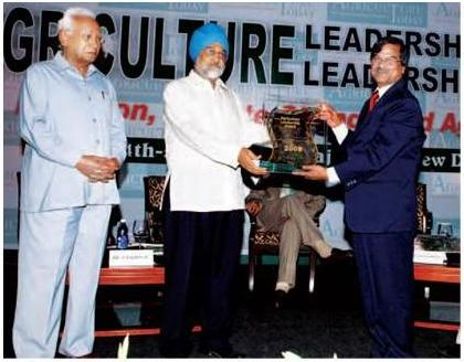 Dr. H. S. Gupta, Director, IARI (right) receiving the Agriculture Leadership Award 2009 from Dr. Montek Singh Ahluwalia, Deputy Chairman, Planning Commission, Government of India
